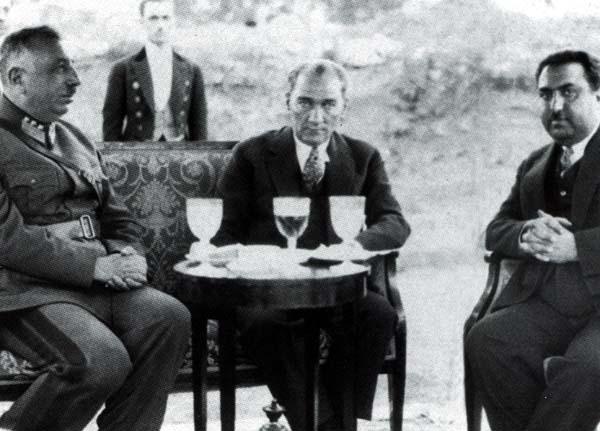 Afganistan'da krallıktan uzaklaştırıldıktan sonra Avrupa'da yaşayan Afganistan eski Kralı Amanullah Han'ın özel ziyareti. Org. Fahrettin Altay da fotoğrafta görülüyor. 27 Temmuz 1933