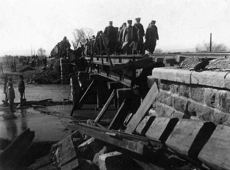M.Kemal Paşa, eşi Latife Hanım ve komutanlarla yıkık Medar Köprüsü'nden geçerken, Balıkesir, 7 Şubat 1923.