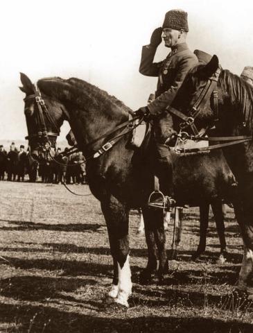 Mustafa Kemal Paşa, askerî birlikleri denetlerken ve geçit törenini izlerken. Balya, Balıkesir, 8 Şubat 1923.