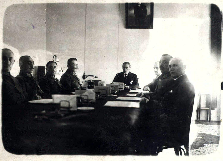 Cumhurbaşkanı M.Kemal Bey başkanlığında Yüksek Askeri Şura toplantısı, 28 Aralık 1925 - Türk Tarih Kurumu Arşivi.