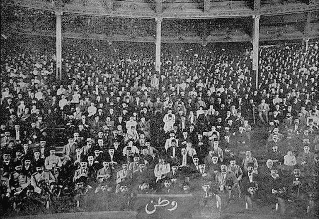 Namık Kemal'in Vatan Yahut Silistre adlı piyesinin ilk gösterimini izleyen seyirciler. Gedikpaşa Tiyatrosu, 1 Nisan 1873.