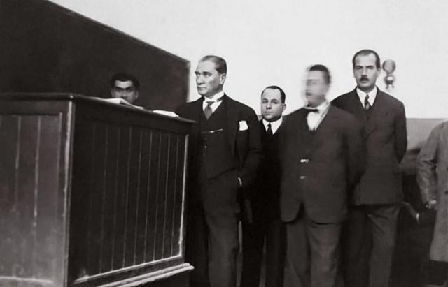 Atatürk'ün Galatasaray Lisesi'ni ziyaretinde çekilen bir fotoğrafı, 2 Aralık 1930.