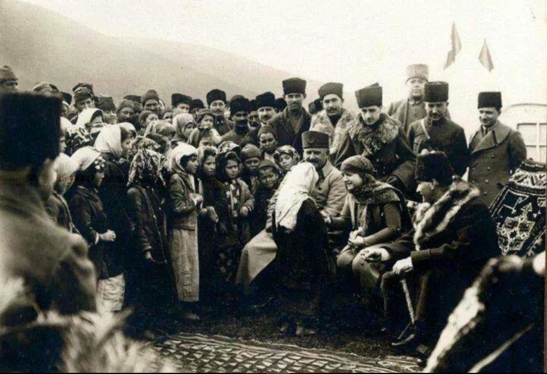 Kâzım(Karabekir) Paşa, Lâtife Hanım ve Mustafa Kemal Paşa Edremit yolunda bir molada çocuklarla sohbet ediyor (8 Şubat 1923).
