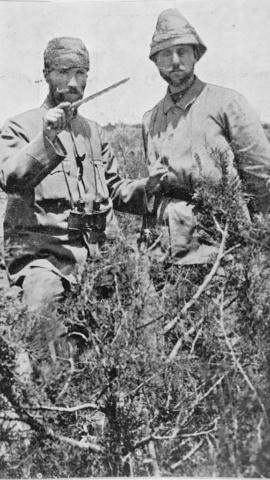 İki Selanikli dost: Binbaşı Mustafa Kemal Bey ve Süvari Mülazımı Ahmet Fuat (Bulca) Bey (Trablusgarp, 1911).