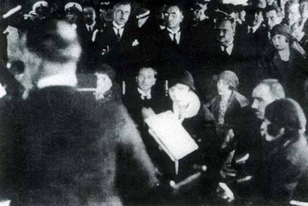 Cumhurbaşkanı Gazi Mustafa Kemal Bey, Şef Mustafa (Sunar) Bey'in yönettiği Dârülelhan Türk Musikisi İcra Heyeti'nin konserini dinlerken, 29 Mayıs 1926.