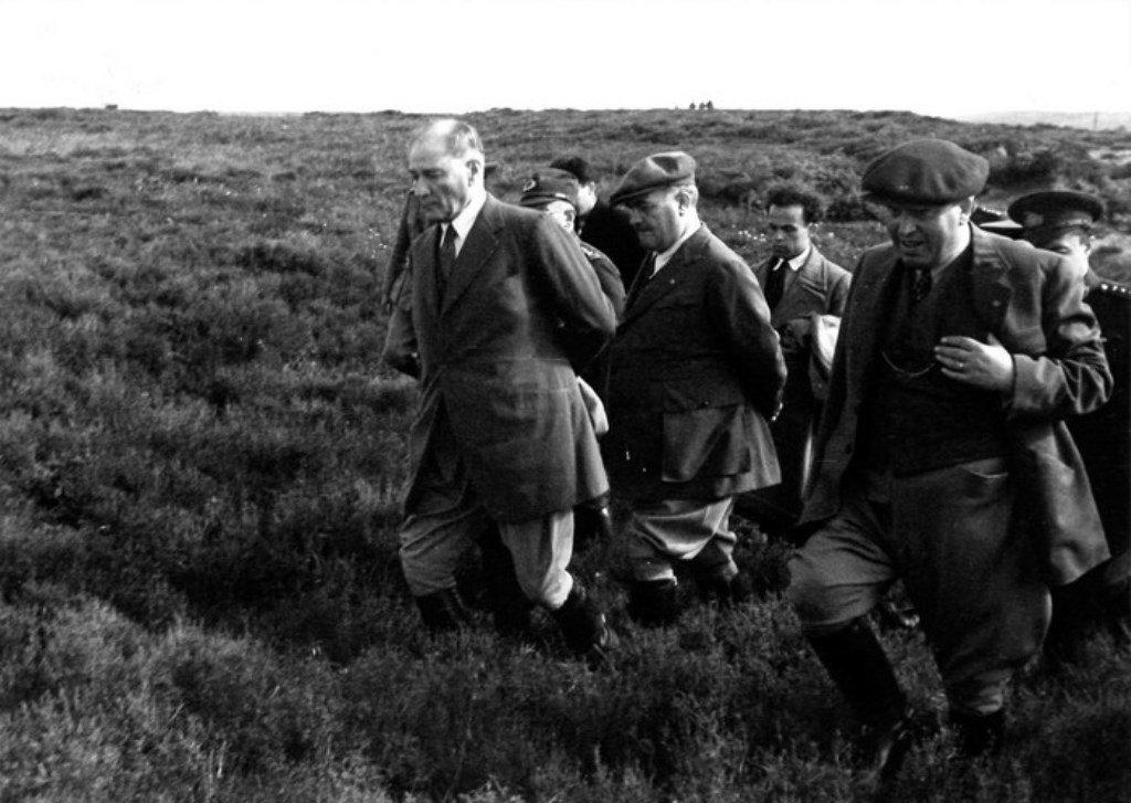 Cumhurbaşkanı Gazi Mustafa Kemal Bey, 1928'de Çanakkale Savaşları'nın geçtiği bölgeyi ziyaret ediyor.