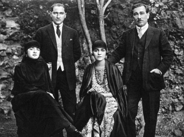 Çankaya Köşkü'nün bahçesinde Latife Hanım ve eşi Meclis Başkanı Mustafa Kemal Paşa, Galibe Hanım ve eşi Dahiliye Umuru Vekili (İçişleri Bakanı) Ali Fethi (Okyar) Bey. (4 Mart 1923)