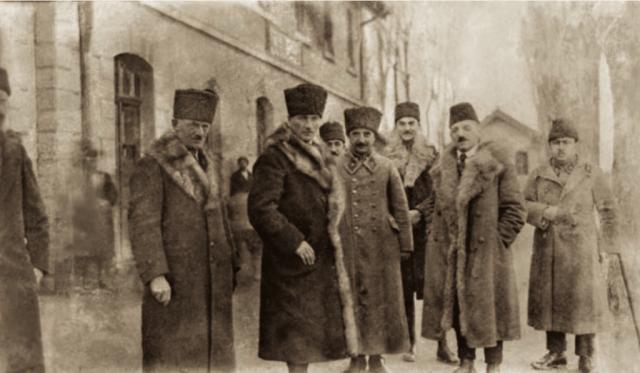 Mustafa Kemal Paşa, İsmet (İnönü) Bey ve Dışişleri Bakanı Yusuf Kemal (Tengirşek) Bey ile Akşehir'de, 13 Aralık 1921.