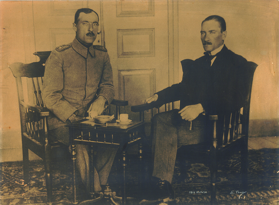 Amasya Görüşmeleri'nin gerçekleştirildiği günlerde Cemil Cahit(Toydemir) Bey ve Mustafa Kemal Paşa, Eylül 1919.