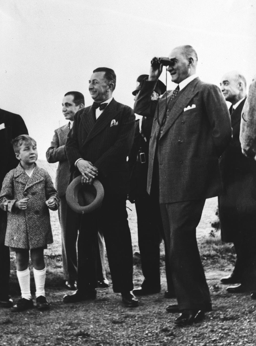Gazi, dürbünle düzenlenen bir tatbikatı izlerken, 1933.