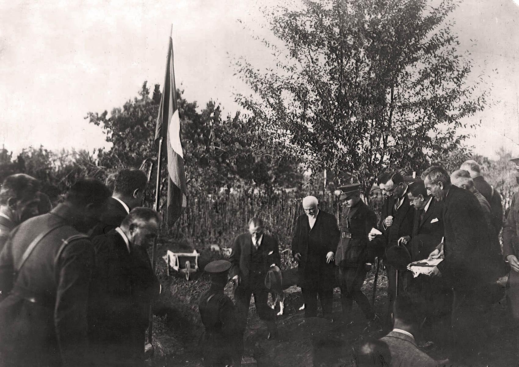 Atatürk, Bursa İpekiş Fabrikası'nın temelini atıyor, 1 Ekim 1925 (İpekiş Fabrikası Arşivi)..