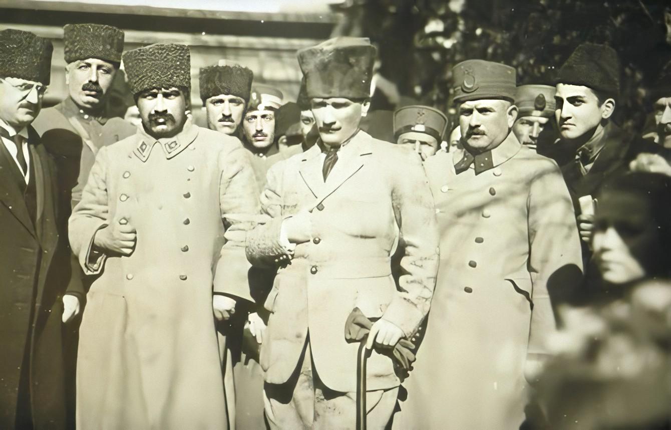 M. Kemal Paşa, annesi Zübeyde Hanım'ın mezarının başında. Ayrıca Fahrettin (Altay) Paşa, Mareşal Fevzi (Çakmak) Paşa ve Kazım (Karabekir) Paşa (İzmir, 27 Ocak 1923).