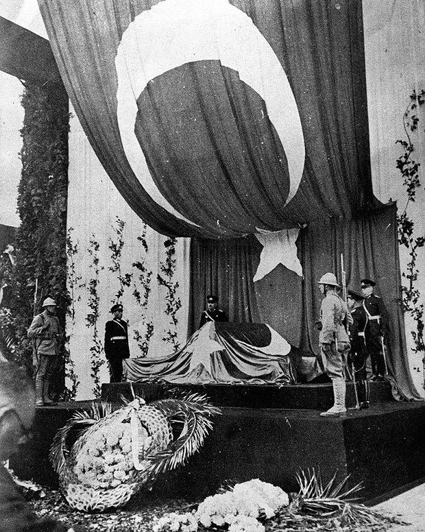 Atatürk'ün naaşı, Meclis önünde katafalkta, 20 Kasım 1938.