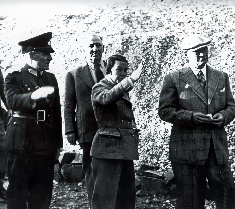 Cumhurbaşkanı Atatürk, Tunceli Pertek'te Singeç Köprüsü'nün açılış töreninde. Başyaver Celâl Üner, Salih Bozok ve Sabiha Gökçen de fotoğrafta görülüyor (17 Kasım 1937).