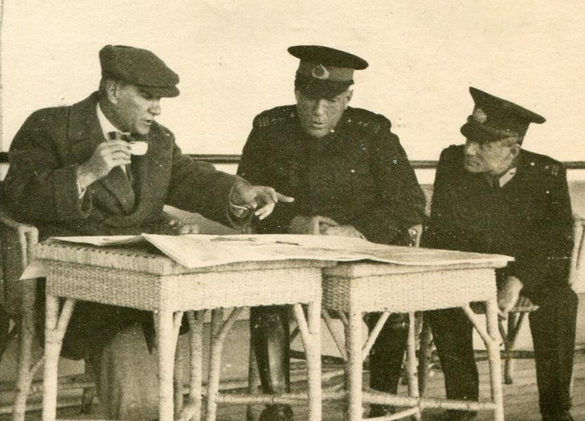 Atatürk ve Tümgeneral Cemil Cahit Toydemir, Ertuğrul Yatı'nda.