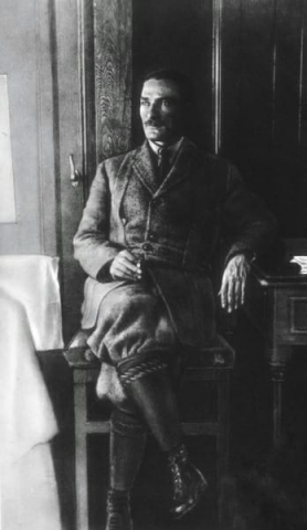 Mustafa Kemal Paşa, Batı Cephesi Karargahı'nı ve I. İnönü Savaşı bölgesini gezdikten sonra trenle Ankara'ya dönerken 15 Şubat 1921.