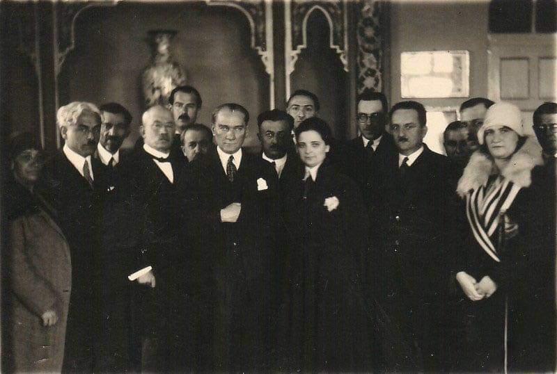 Afet İnan'ın kadın hakları üzerine yaptığı konferansın ardından, 3 Nisan 1930.