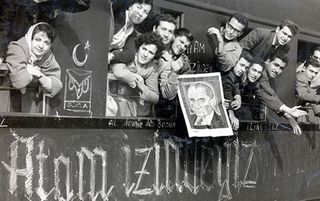 Üniversite öğrencileri, Atatürk'ü görmek için İstanbul'dan Ankara'ya tren seyahatinde, 1938.