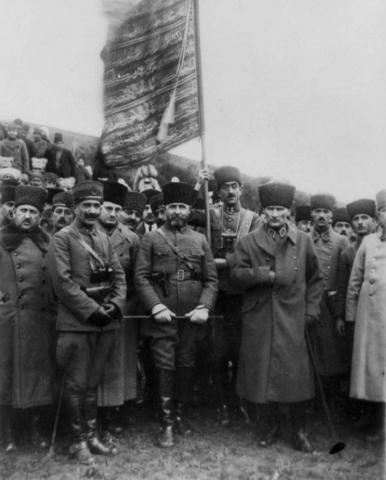 18 Ocak 1923. M.Kemal Paşa, Nurettin Paşa'nın 2. Ağır Topçu Alayını teftiş ederken. Soldan sağa: Kurmay Albay Şefik Bey, Yarbay Vehbi Bey, Yâver Muzaffer(Kılıç) Bey, Yâver Mahmut (Soydan) Bey, Sakallı Nurettin Paşa, M.Kemâl Paşa, Cevdet Kerim(İncedayı) Bey, Kâzım Paşa.