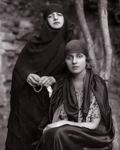 Çankaya Köşkü'nün bahçesinde M. Kemal Paşa'nın eşi Latife Hanım ve Ali Fethi (Okyar) Bey'in eşi Galibe Hanım, 4 Mart 1923.